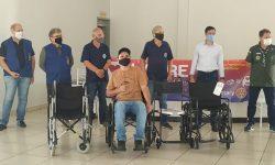 Entrega de cadeira de rodas do projeto Lacre Solidário