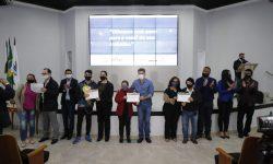 Alunos que participaram de cursos profissionalizantes recebem certificados