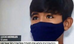 Adolescente vacinado chora ao lembrar da avó falecida pela Covid-19